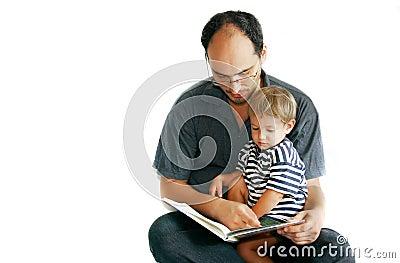 Pai e filho que lêem um livro