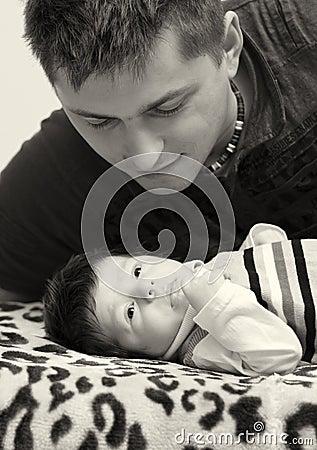 Pai e filho recém-nascido