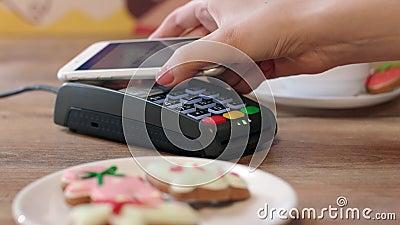 Paiement mobile de NFC pour l'ordre en café Client payant par le téléphone portable banque de vidéos