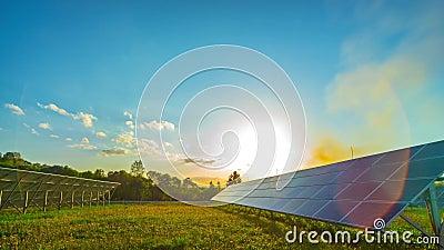 Painéis solares e sol, tempo-lapso panorâmico