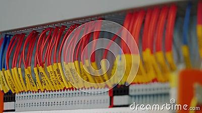 Painel de controle elétrico com vários switches e fios, tomada do terminal do cabo filme