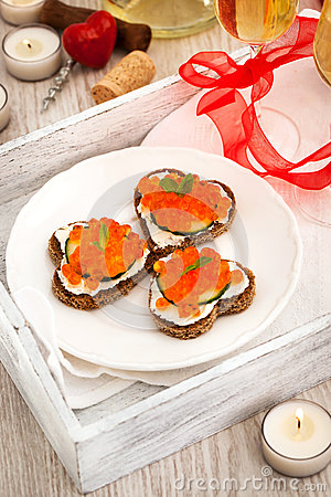 Pains grill s en forme de coeur avec le caviar rouge et le vin blanc photo stock image 49521730 - Le rouge et le blanc ...