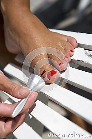 Painting toe nails