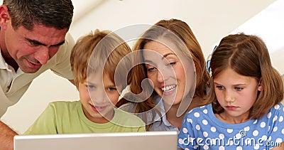 Pais alegres e crianças que fazem artes e ofícios junto vídeos de arquivo