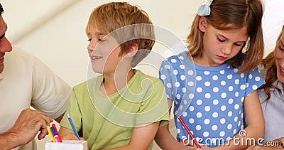 Pais bonitos e crianças que fazem artes e ofícios junto video estoque