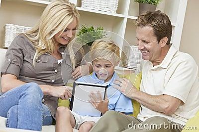 Pais da família & filho do menino que usa o computador da tabuleta