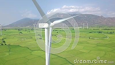 Paisagem aérea das turbinas das energias eólicas Turbina do moinho de vento que gera a energia renovável limpa no campo agrícola  filme