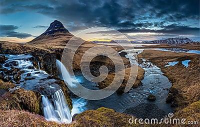 Paisagem de Islândia - nascer do sol no Mt Kirkjufell