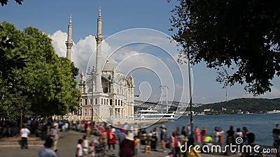 Paisagem de Istambul Mesquita de Ortakoy do destino do populer de Istambul, quadrado de Ortakoy e ponte turísticos de Bosphorus n vídeos de arquivo