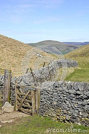 Paisagem inglesa do campo: montes, fuga, cerca