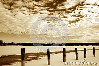 Paisagens congeladas do lago e das nuvens