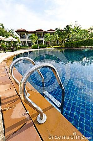 Paisaje con opiniones y la casa de la piscina