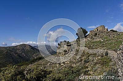 Paisaje de la montaña con el nuraghe sardo