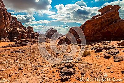 Paisaje del desierto del ron del lecho de un río seco, Jordania