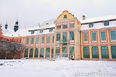 Paisaje del invierno del palacio de los abades en Oliwa