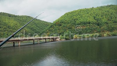 Paisaje hermoso que la caña de pescar se coloca en el soporte metrajes