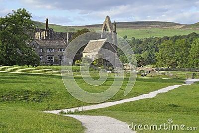 Paisaje inglés del campo: abadía, rastro, cerca