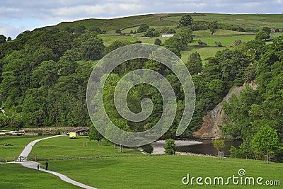 Paisaje inglés del campo: río, colinas, acantilado