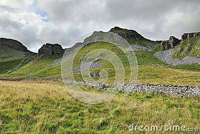 Paisaje inglés del campo: colina, pared drystone