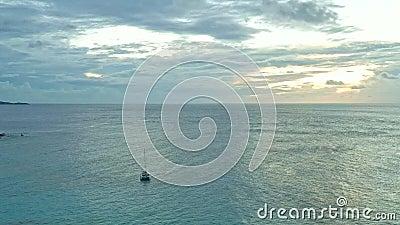 Paisaje Isla Seychelles La Digue en el océano Índico, hermoso mar azul con olas, playas de arena en el paraíso tropical Foto de v metrajes