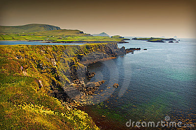 Paisaje marino costero escénico irlandés vibrante