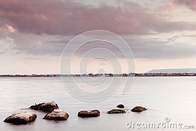 Paisaje marino pacífico - cielo y rocas del agua