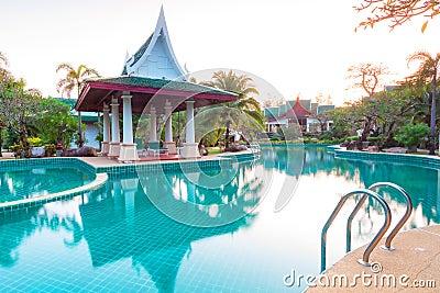Paisaje tropical del centro turístico en la salida del sol