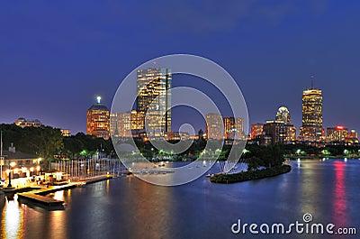 Paisaje urbano de Boston y río de Charles en la oscuridad