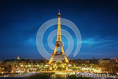 Paisaje urbano de París en la puesta del sol Foto de archivo editorial