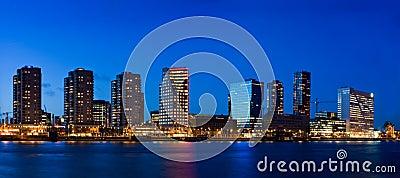 Paisaje urbano de Rotterdam en la oscuridad