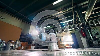 Pakhuiseenheid met een bewegend samenwerkings robotachtig hulpmiddel stock video