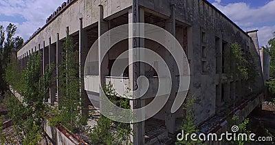 Palácio da cultura Energetik na cidade de Pripyat perto de Chernobyl (aéreo) video estoque