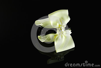 Pale yellow pearl hairpin
