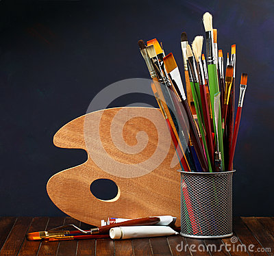 Free Palette With Paintbrushes Royalty Free Stock Photos - 30044078