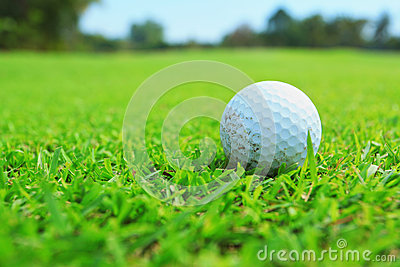 Palla da golf in tratto navigabile