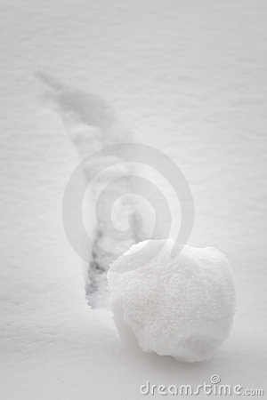 Palla di neve che va in discesa - concetto di  brainstorming