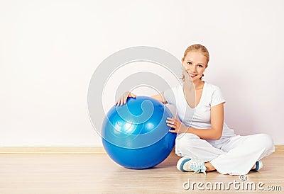Palla felice di sport e della giovane donna per forma fisica