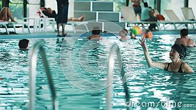 Palla variopinta invecchiata di tiro della donna alla bambina dentro la piscina dell 39 interno - Borsone piscina bambina ...