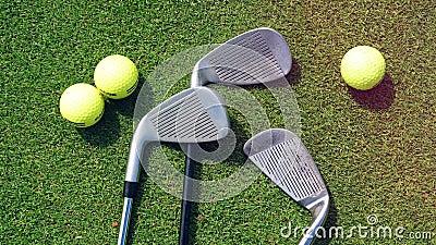 Palle da golf e bastoni sull'erba in un campo da golf stock footage