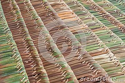 A palma cobre com sapê telhados