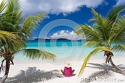 Palmiers tropicaux de plage de femme