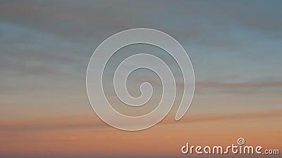Pan Down aan een Mooie Mening van een Stil Meer op een Solitaire Vallei bij Zonsondergang stock videobeelden