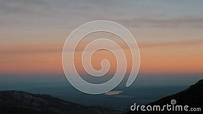 Pan Down aan een Mooie Mening van Stil als op een Solitaire Vallei bij Zonsondergang stock video