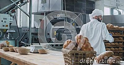 Panadería de comida de fábrica panadería bailarina en la cocina comercial escuchando música de audífonos inalámbricos y disfrutan metrajes