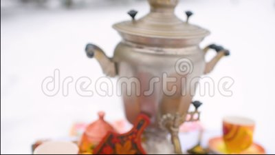 Pancake con il primo piano rosso del caviale sui precedenti della tavola festiva Celebrazione del carnevale in Russia archivi video