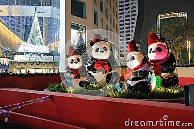 Panda con los sombreros de la Navidad Imagen de archivo editorial