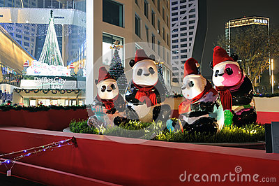 Panda z Bożenarodzeniowymi kapeluszami Obraz Stock Editorial