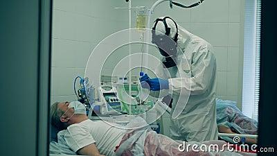 pandemia de coronavírus, 2019-ncov, o conceito de coronavírus Trabalhador médico de fato perigoso está dando um I V a video estoque