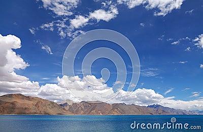 Pangong jezioro i piękni jałowi wzgórki, HDR
