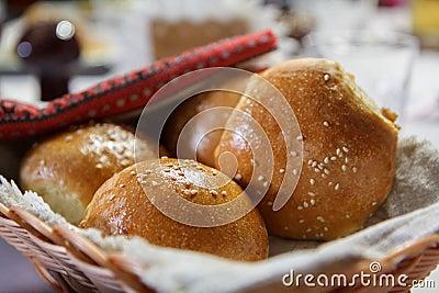 Panier en osier avec des petits pains